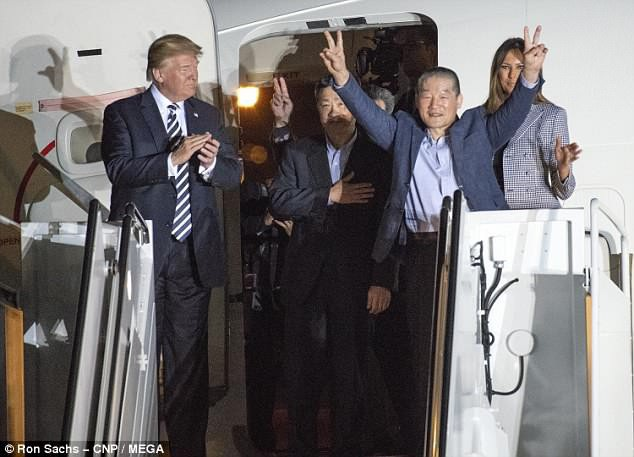 Tổng thống Trump và phu nhân lên máy bay đón 3 công dân Mỹ được Triều Tiên thả về nước (Ảnh: MEGA)