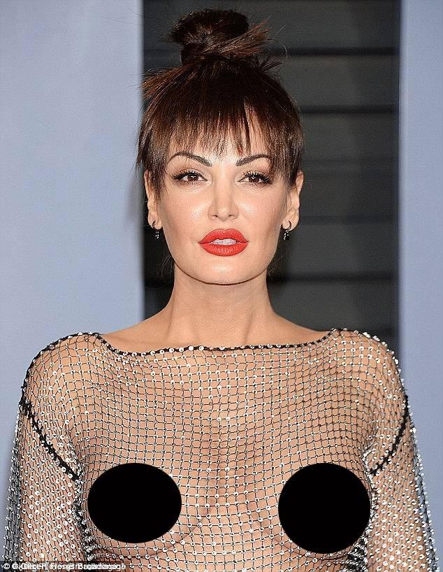 Nữ ca sĩ Bleona Qereti đã gây sửng sốt hồi đầu năm nay khi tham dự bữa tiệc sau lễ trao giải Oscar với bộ đầm xuyên thấu.