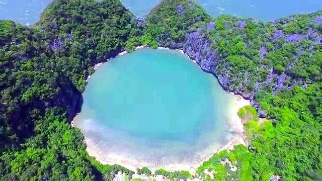 Hồ Mắt Rồng được ví như viên ngọc bích giữa đại dương bao la. Ảnh: Vietsatr.