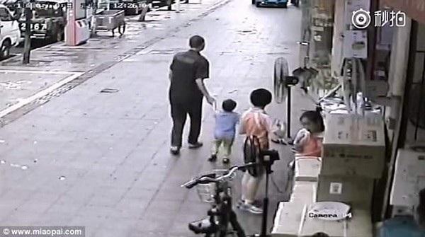 Khoảnh khắc người đàn ông kéo em bé đi khi không có ai chú ý