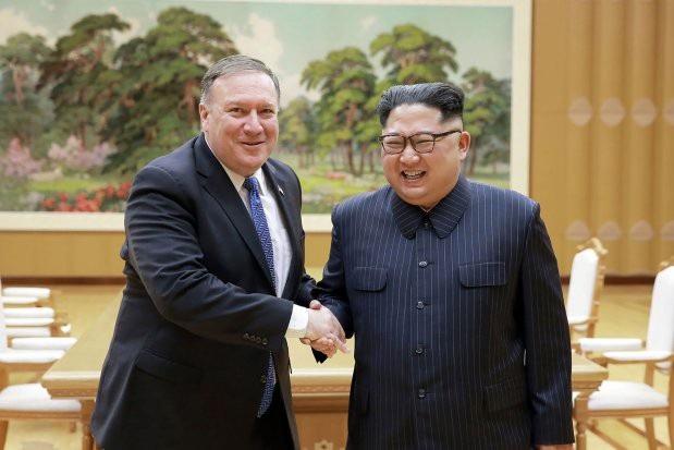 Ngoại trưởng Pompeo và nhà lãnh đạo Kim Jong-un bắt tay trong cuộc gặp tại Triều Tiên (Ảnh: AP)