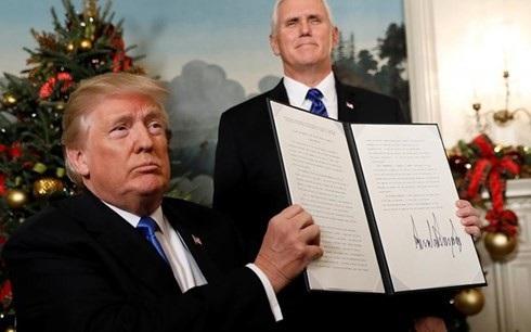 Hình ảnh Tổng thống Mỹ Trump công bố văn bản công nhận Jerusalem là thủ đô của Israel. Ảnh: Reuters.