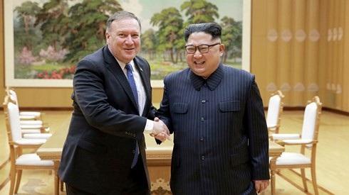 Nhà lãnh đạo Triều Tiên Kim Jong-un bắt tay Ngoại trưởng Mỹ Mike Pompeo. Ảnh: KCNA/Reuters