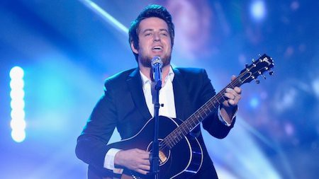 """Lee DeWyze từng là quán quân American Idol mùa thứ 9 nhưng những gì chàng nam ca sĩ để lại sau chương trình chỉ là một album """"Live it up"""" với thành tích bán được 168.000 bản, kỷ lục bán đĩa thấp nhất trong số các quán quân tính đến thời điểm đó. Lee DeWyze cũng đã cố dành thời gian đi tour để tận dụng sức nóng từ chương trình American Idol song không thu được kết quả khả quan. Kết cục, Lee DeWyze đành chuyển sang làm nhạc sĩ và chuyên tâm sáng tác nhạc."""