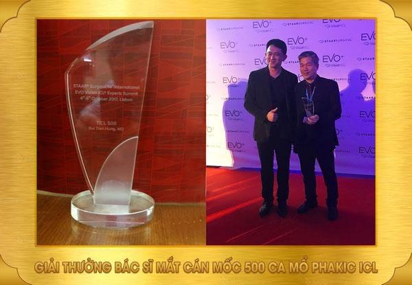Bác sĩ Bùi Tiến Hùng trong buổi trao giải cùng chiếc cúp danh dự.