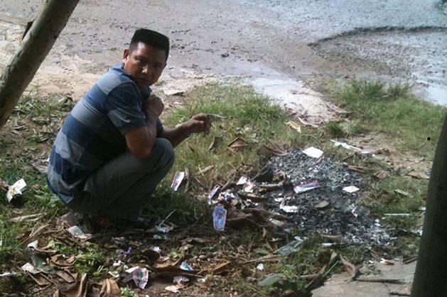 Anh Hải cố tìm tờ vé số trúng giải nhất đã đốt trong đống rác.