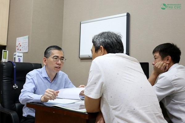 TS. BS Lim Hong Liang đang tư vấn và điều trị ung thư cho người bệnh.