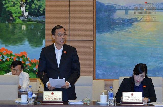 Chủ nhiệm UB Kinh tế Vũ Hồng Thanh đại diện cơ quan thẩm tra báo cáo của Chính phủ về tình hình kinh tế xã hội nửa đầu năm 2018
