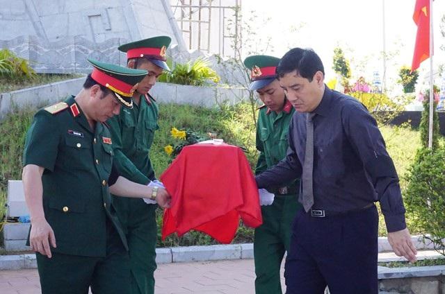 Hài cốt liệt sĩ quân tình nguyện và chuyên gia Việt Nam hi sinh ở nước bạn Lào được an táng tại Nghĩa trang liệt sĩ huyện Nghi Lộc (Nghệ An)