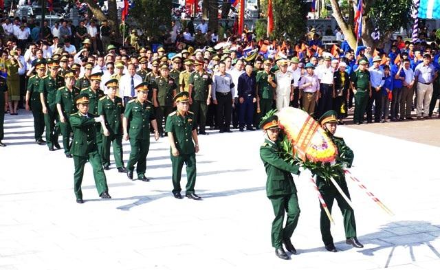 Ban Công tác đặc biệt của Chính phủ do Thượng tướng Lê Chiêm dẫn đầu dâng hương, dâng hoa lên các anh hùng liệt sĩ