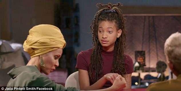 Nữ diễn viên Jada quan sát cổ tay của con gái, nơi vẫn còn lưu dấu vết sẹo là bằng chứng cho một thời kỳ khủng hoảng.