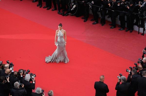 Bella Hadid lộng lẫy trên thảm đỏ - Ảnh 2.