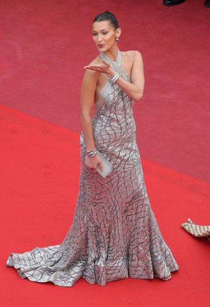 Bella Hadid lộng lẫy trên thảm đỏ - Ảnh 10.