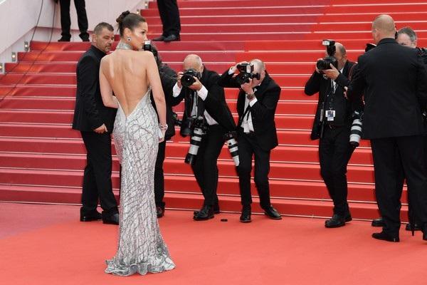 Bella Hadid lộng lẫy trên thảm đỏ - Ảnh 11.