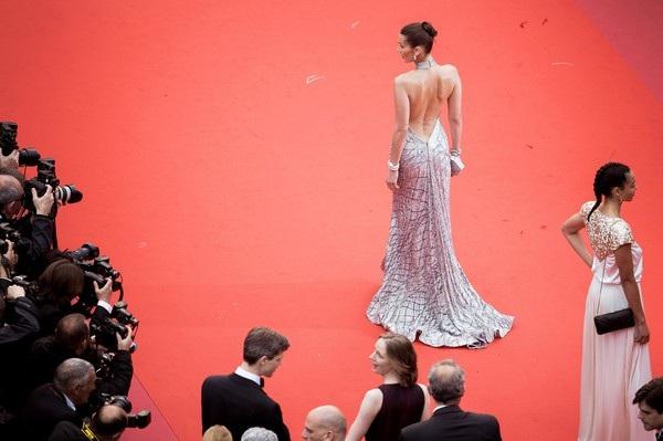 Bella Hadid lộng lẫy trên thảm đỏ - Ảnh 12.