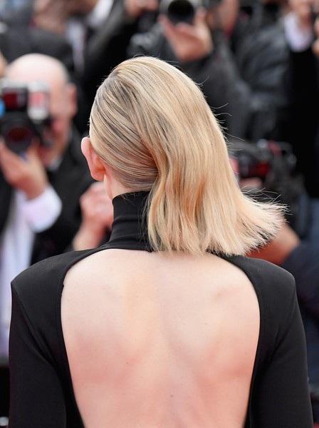 Nữ diễn viên 49 tuổi khoe lưng trần sexy