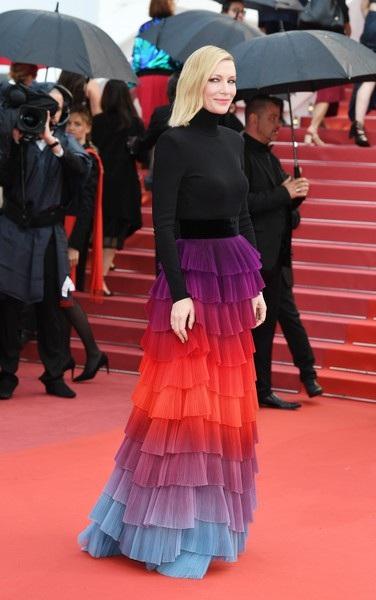 Ngôi sao người Úc diện bộ váy Givenchy lạ mắt
