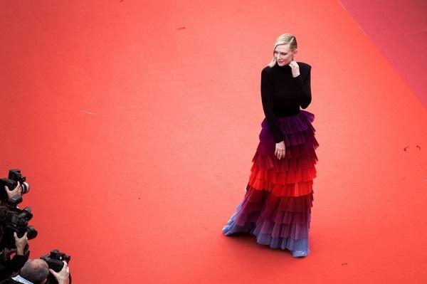 Cate Blanchett đẹp nổi bật với váy 7 sắc cầu vồng - 9