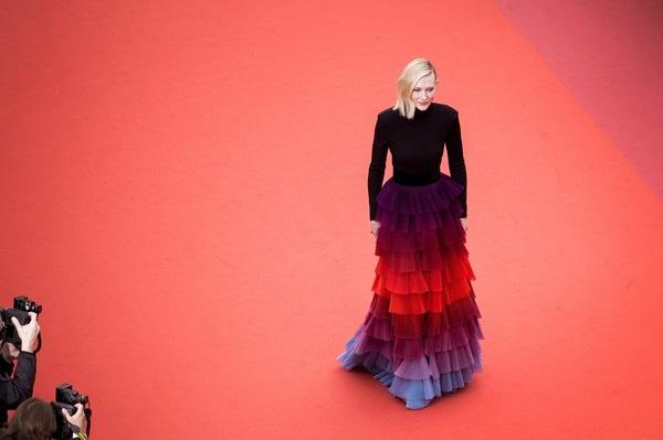 Cate Blanchett đẹp nổi bật với váy 7 sắc cầu vồng - 12
