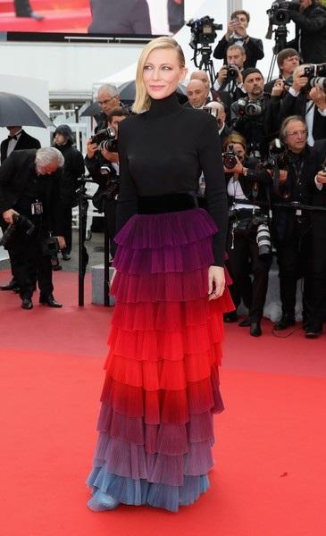 Cate Blanchett đẹp nổi bật với váy 7 sắc cầu vồng - 13