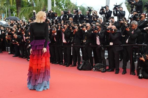 Cate Blanchett đẹp nổi bật với váy 7 sắc cầu vồng - 15