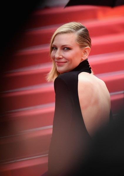 Gần đây khán giả yêu mến Cate Blanchett khi cô đảm nhiệm vai bà mẹ kế độc ác trong phim Cinderella (2015), ngoài ra vai diễn của cô trong phim bom tấn Thor: Ragnarok (2017) cũng được đánh giá cao.