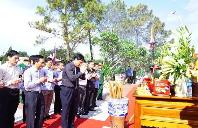 Ông Nguyễn Đắc Vinh - Bí thư Tỉnh ủy Nghệ An dẫn đầu đoàn công tác tỉnh Nghệ An dâng hương tri ân các liệt sĩ