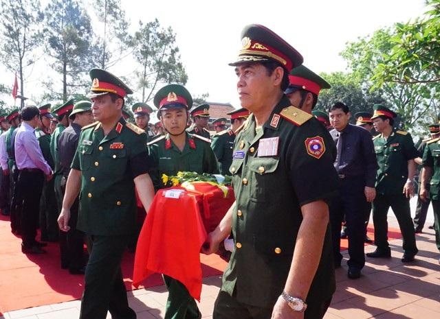 Thượng tướng Lê Chiêm - Thứ trưởng Bộ Quốc phòng Quân đội nhân dân Việt Nam và Thiếu tướng Si Tha Đuông Ma La - Ban công tác đặc biệt Lào di chuyển hài cốt liệt sĩ đến vị trí an táng