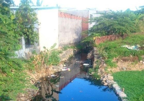 Nhiều điểm đen ô nhiễm môi trường tồn tại lâu năm ở Đà Nẵng gây bức xúc cho người dân (ảnh: ô nhiễm môi trường ở khu vực kênh Khe Cạn đổ ra sông Phú Lộc, Đà Nẵng)