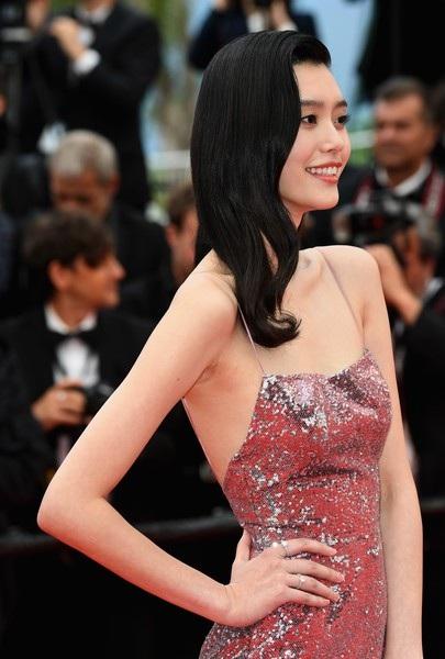 Siêu mẫu từng ngã sấp mặt trong show Victoria's Secret tỏa sáng tại Cannes - 10