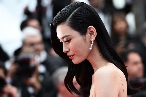 Siêu mẫu từng ngã sấp mặt trong show Victoria's Secret tỏa sáng tại Cannes - 9
