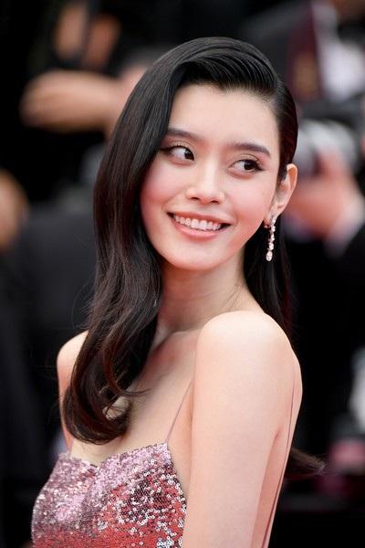 Ming Xi sở hữu chiều cao 178 cm và là một gương mặt quen thuộc của nhãn hiệu Victorias Secret.