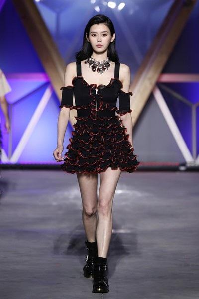 Siêu mẫu từng ngã sấp mặt trong show Victoria's Secret tỏa sáng tại Cannes - 21