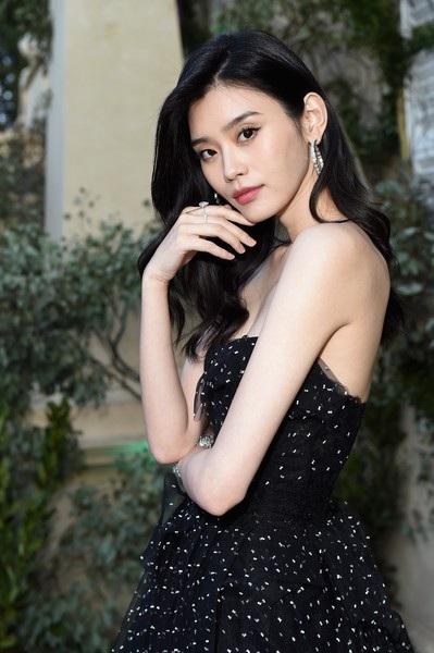 Siêu mẫu từng ngã sấp mặt trong show Victoria's Secret tỏa sáng tại Cannes - 19