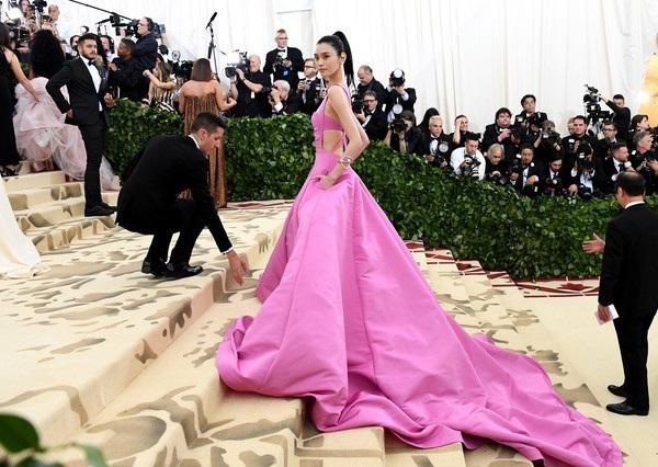 Trước khi tới Pháp tham dự LHP Cannes 2018, Ming Xi còn có mặt tại New York để tham dự show thời trang Met Gala.