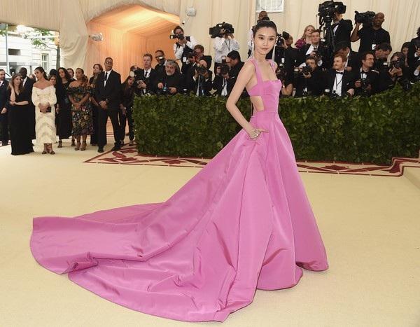 Siêu mẫu từng ngã sấp mặt trong show Victoria's Secret tỏa sáng tại Cannes - 23
