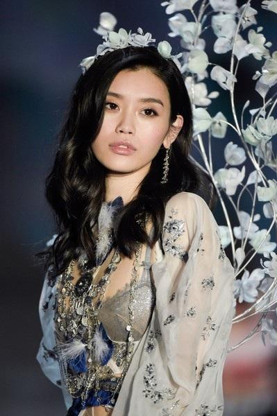 Ming Xi là một trong những người mẫu có thu nhập cao nhất thế giới hiện nay và là một trong những siêu mẫu hàng đầu thế giới.