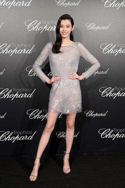 Siêu mẫu từng ngã sấp mặt trong show Victoria's Secret tỏa sáng tại Cannes - 15
