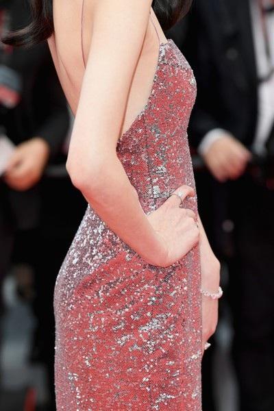 Người đẹp 29 tuổi diện chiếc váy lấp lánh với phần lưng hở rất gợi cảm.