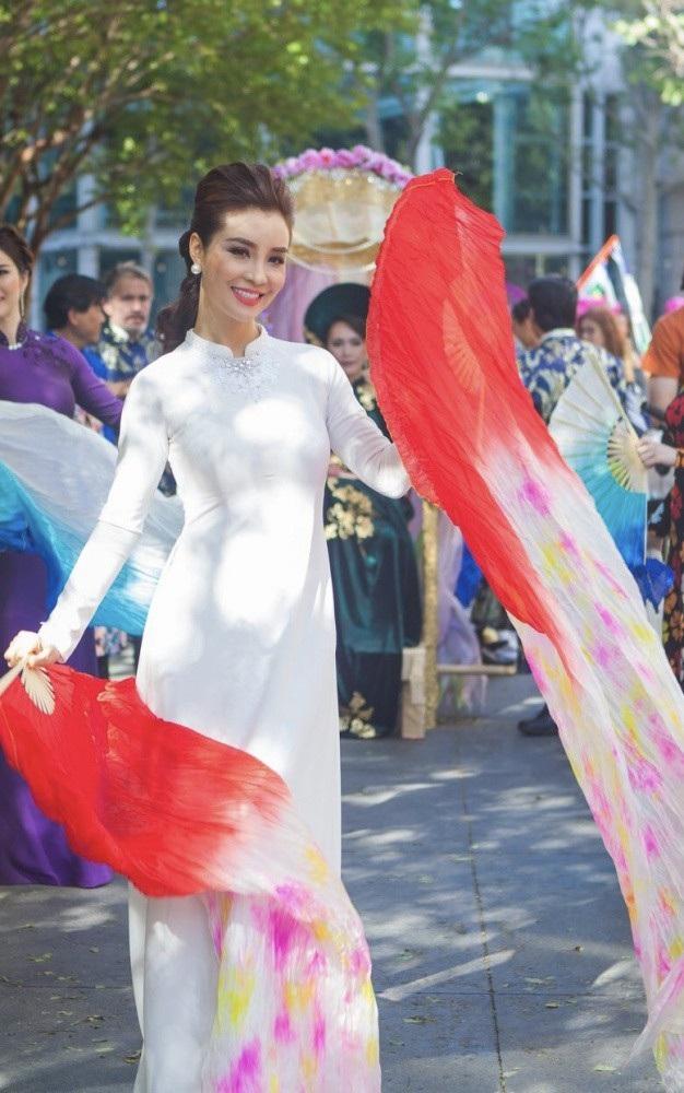 Áo dài miền Bắc là bộ áo dài lấy cảm hứng từ áo dài của những cô gái Hà Nội xưa. Đây là thiết kế màu trắng tinh khiết, trên đó được đính kết hoa văn, họa tiết từ kim cương và đá quý màu trắng, kết hợp cùng trang sức ngọc trai.