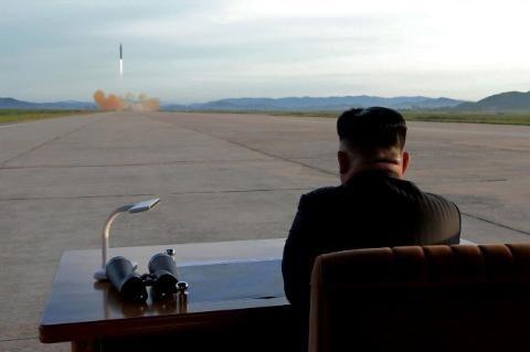 Ông Kim Jong-un thị sát một vụ phóng thử tên lửa