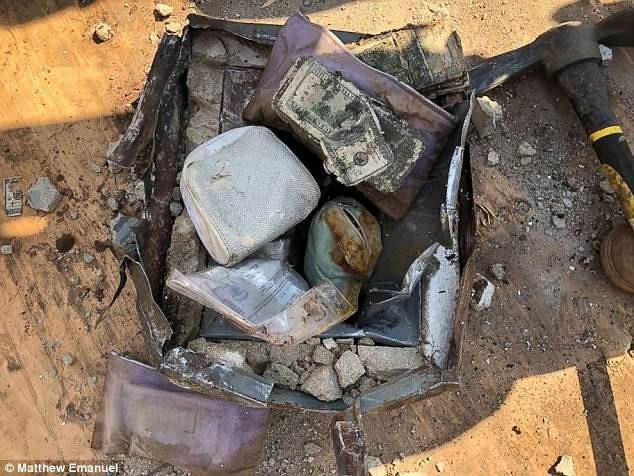 Họ đã tìm thấy một chiếc két sắt chôn trong sân vườn nhà mình, bên trong có nhiều tiền mặt và đồ trang sức đắt tiền.