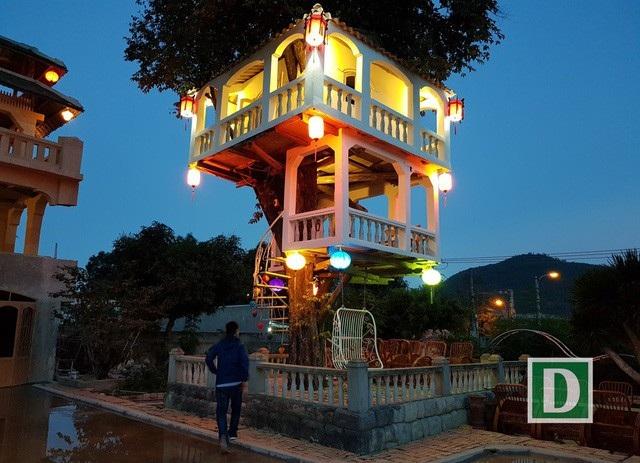 Không ít người đã trầm trồ trước vẻ đẹp của ngôi nhà trên cây khi trời tối. Ảnh:Viết Hảo