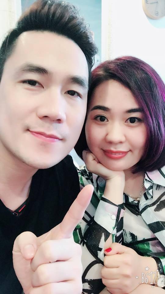 """Thời gian gần đây, giọng ca """"Chiếc khăn gió ấm"""" thường xuyên dừng chân tại Hà Nội. Bên cạnh đó, anh còn có có những bức ảnh thân thiết với một người phụ nữ. Được biết, đó là diễn viên - doanh nhân Kim Oanh Phan."""
