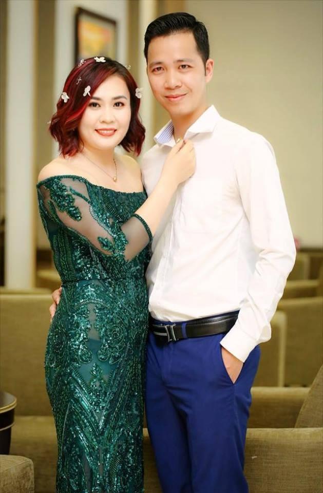 Trên trang cá nhân của Kim Oanh Phan, nhiều khán giả đã rất yêu thích và thích thú về tình cảm vợ chồng của cô. Chồng Kim Oanh thường xuyên dùng những lời có cánh và tặng vợ những món quà đắt tiền.
