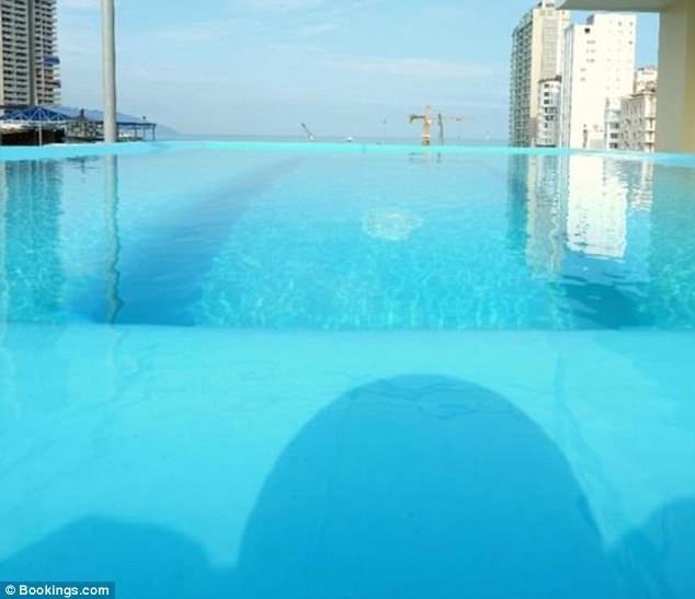 Hình ảnh quảng cáo như thế này có thể gây ra hiểu lầm là một bể bơi vô cực nằm tại tầng thượng