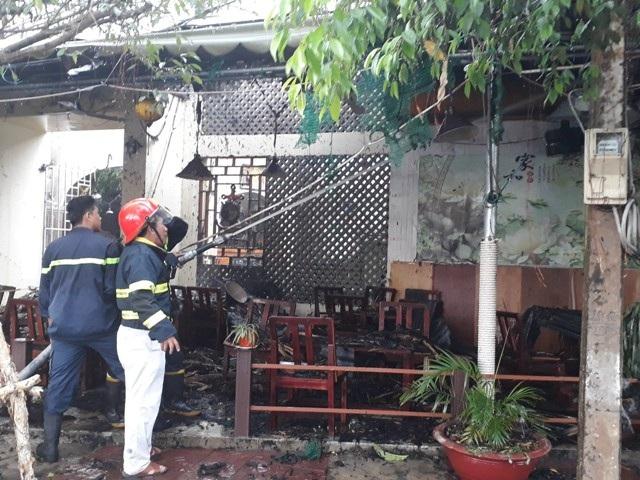 Nhiều vật dụng trong quán cà phê bị cháy rụi.