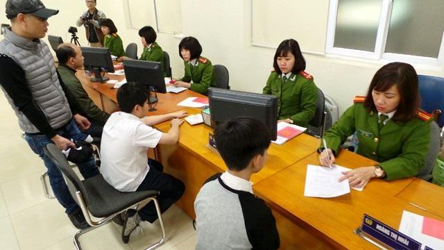 Người dân làm thủ tục cấp đổi Căn cước công dân tại Công an Hà Nội.
