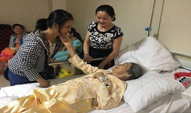 Cụ Song 101 tuổi vui mừng bên con cháu sau ca phẫu thuật xương đùi thành công