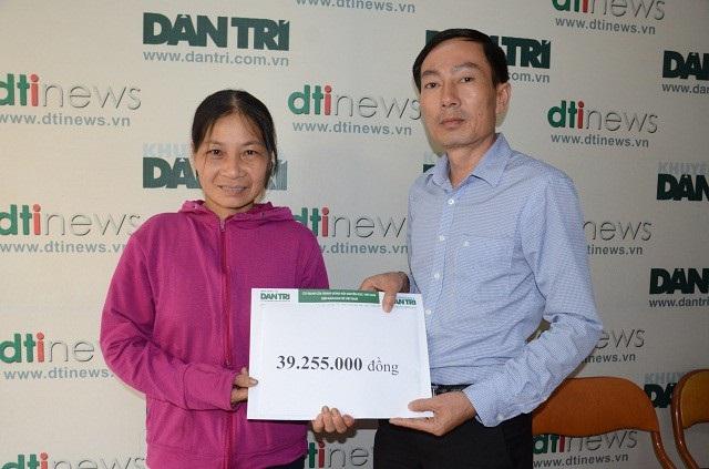 Đại diện báo Dân trí trao quà bạn đọc ủng hộ cho chị Chanh tuần 2,3/4/2018
